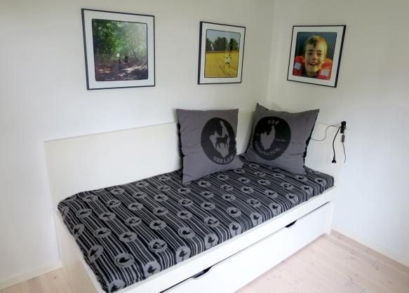 sengetæppe med logoer