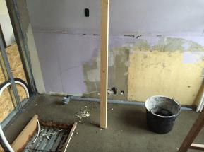 gulvet støbt og inspektionslem under badekarret